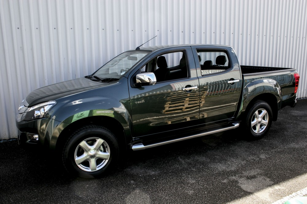 isuzu dmax huntsman green with white stitching 001